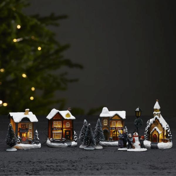 """11er Set LED-Winterszene """"Birmingham"""" - 4 bunte Häuser, 2 Figuren, 1 Laterne, 4 Bäume"""