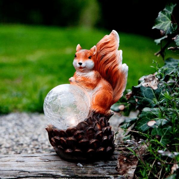 """LED Solar Gartenfigur """"Eichhörnchen mit Lichtkugel"""" - warmweiße LED in Glaskugel - Lichtsensor"""