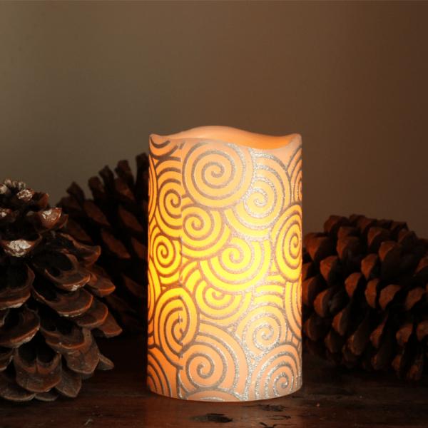 """LED Kerze """"Spiral"""" - Echtwachs - gelbe LED Flamme - flackernd - D: 7,5cm, H: 12cm - silber/weiß"""
