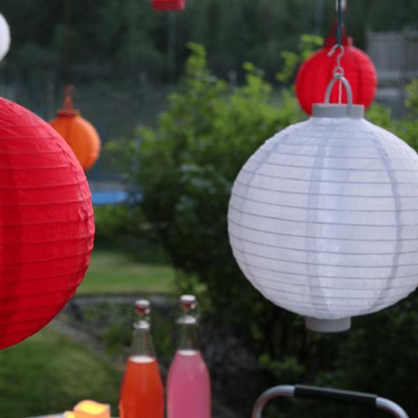 "LED Solar Lampion ""Festival"" - kaltweiße LED - D: 20cm - Dämmerungssensor - mit Montagehaken - weiß"