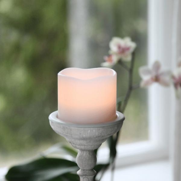"""LED Kerze """"Wave"""" - Echtwachs - geschwungene Oberkante - flackernd - Timer - H:7cm, D: 8cm - weiß"""
