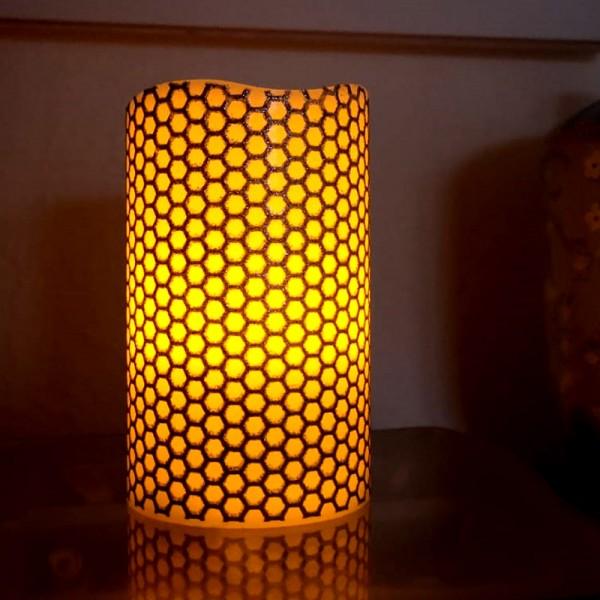 "LED Kerze ""Honey"" - Echtwachs - gelbe LED Flamme - flackernd - D: 7,5cm, H: 10cm - silber/weiß"