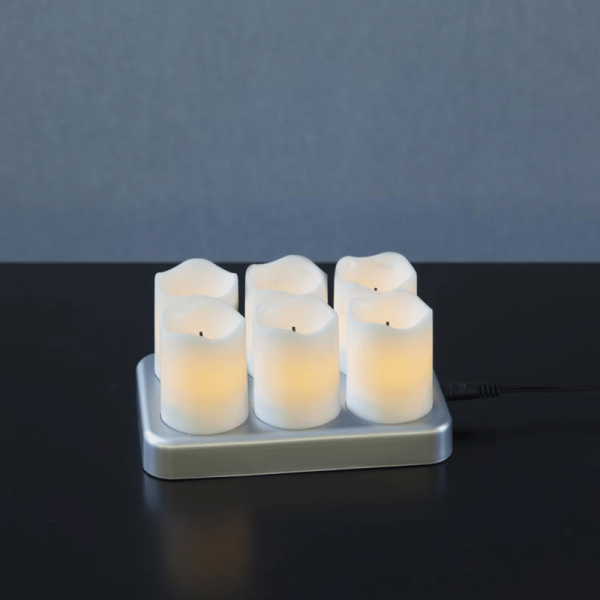 LED Stumpenkerzenset - 6 LED Kerzen mit Ladestation - H: 7,5cm - flackernde LED - weiß