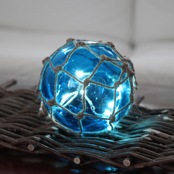 "LED Glaskugel ""Noah"" im Garnnetz - 8 warmweiße LED - hängend - D: 14cm - blau"