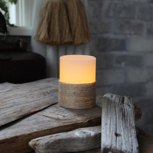 LED Kerze mit Seil umwickelt - Echtwachs - flackernd - Timer- H: 10cm, D: 7,5cm - weiß