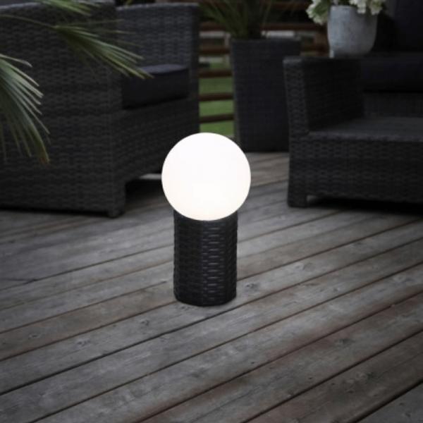 LED Gartenkugel - Solar - Rattanoptik-Sockel - warmweiße LED - H: 47cm, D: 25cm