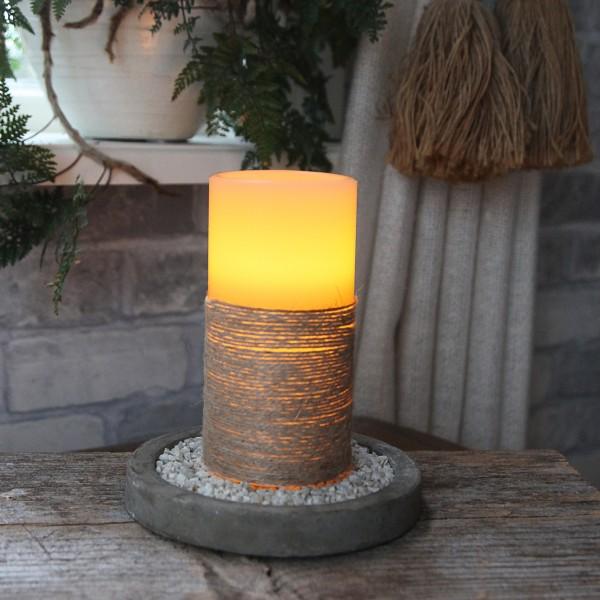 LED Kerze mit Seil umwickelt - Echtwachs - flackernd - Timer- H: 15cm, D: 7,5cm - weiß