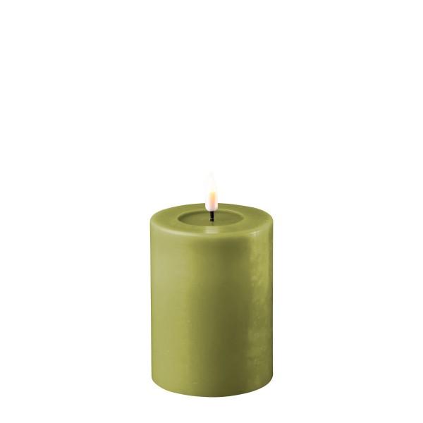 LED Stumpenkerze MIA - Echtwachs - realistische 3D Flamme - H: 10cm - Batteriebetrieb - olivgrün
