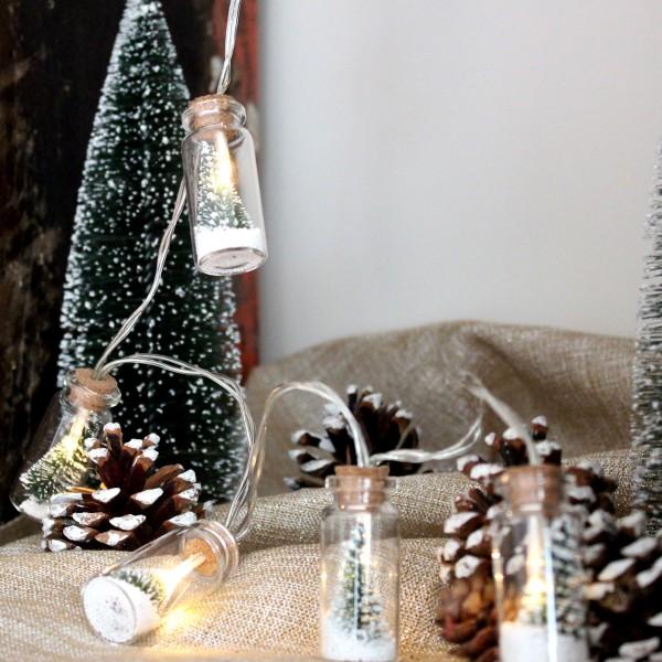 LED Lichterkette Mini Glasflaschen mit Baum und Schneekügelchen - 8 warmweiße LED - L: 0,9m