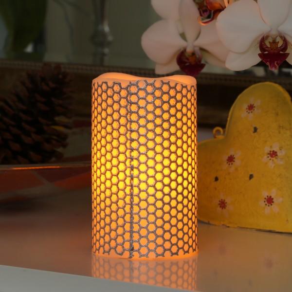 LED Kerze HONEY - Echtwachs - gelbe LED Flamme - flackernd - D: 7,5cm, H: 12cm - silber/weiß