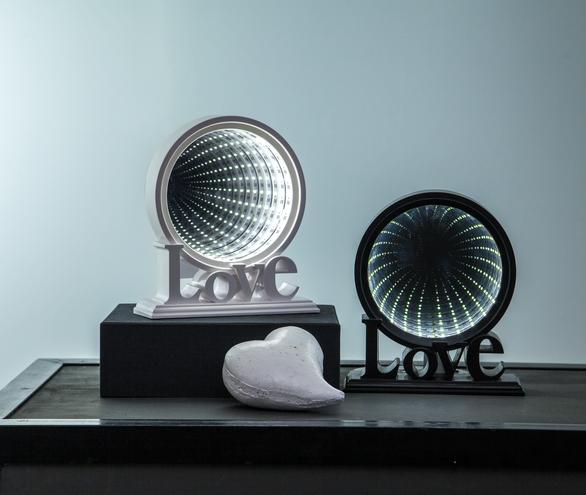 """LED-Leuchtkreis """"LOVE""""- endlos Spiegeleffekt - 26 kaltweiße LED - Batteriebetrieb - weiß"""