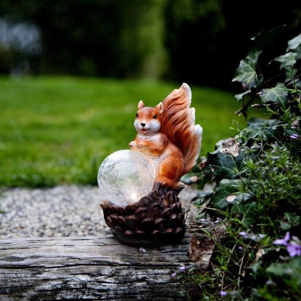 LED Solar Gartenfigur Eichhörnchen mit Lichtkugel - warmweiße LED in Glaskugel - Lichtsensor